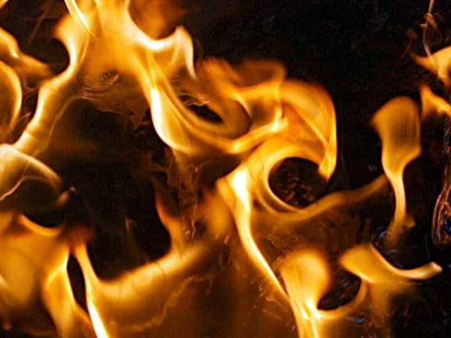 Ein flackerndes Feuer füllt das Bild aus.