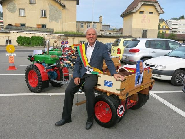 Paul Winiker mit seiner «Schleife in Krienser Farben» - ein Geschenk der Partnerstadt San Damiano d'Asti.