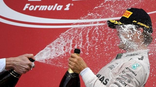 Rosberg en la duscha da schampagn.