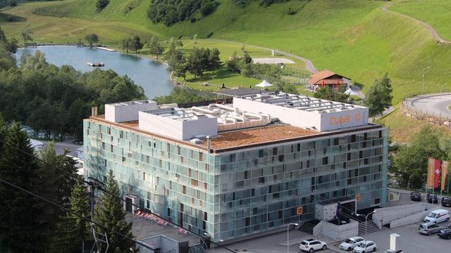 Il Hotel Cube cun vista sin il Lai Barnagn.