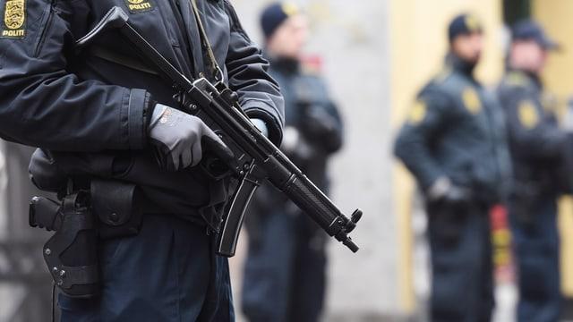 Maschinengewehr in den Händen eins dämischen Polizisten