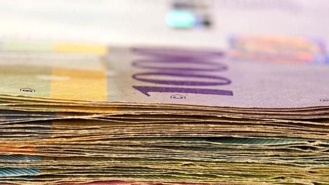 Ein Bündel Geldnoten, zuoberst eine Tausendernote.