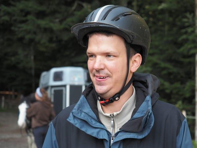 Porträtbild eines Teilnehmers, mit Reithelm