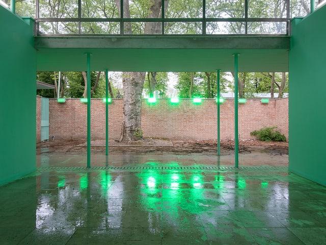 Die grüne Wandfarbe soll im Schweizer Pavillion in Mailand die klare Trennung von Natur und Kultur aufheben.