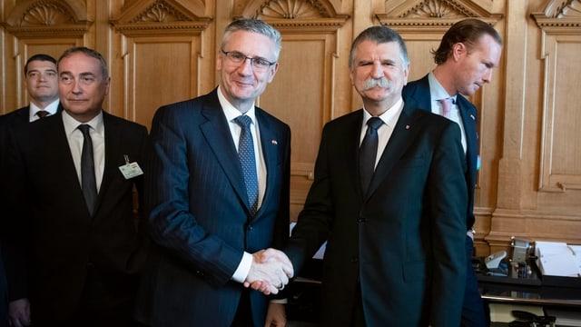 SVP-Nationalrat Andreas Glarner begrüsst Ungarns Parlamentspräsidenten Laszlo Kover im Bundeshaus.