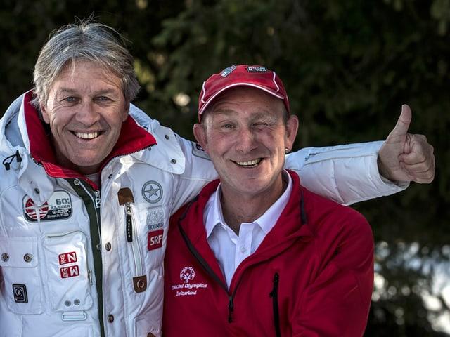 Bernhard Russi und Cyrill von Mentlen posieren fürs Foto.