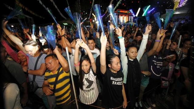 Menschen halten Hände in die Luft