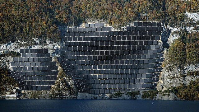 Solarpannels an Felsen