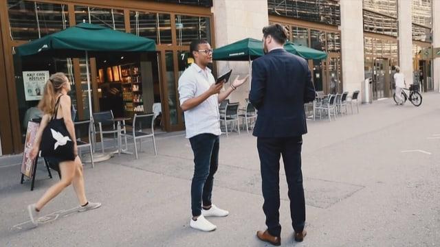 Strassenverkäufer redet mit möglichem Kunden