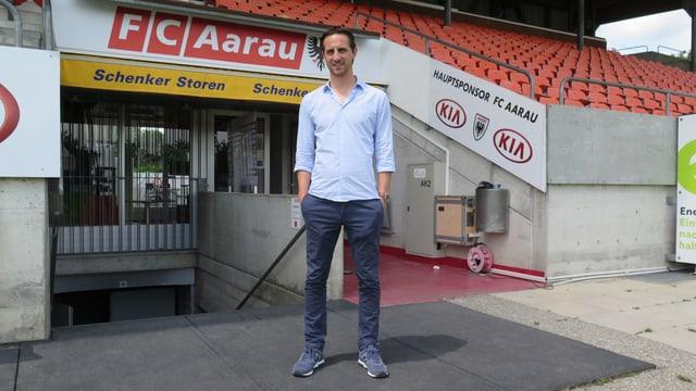 Aarau Sportchef Sandro Burki steht im Stadion.