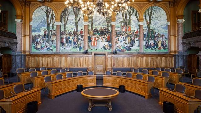 Der leere Ständeratssaal mit im Halbkreis angeordneten Stühlen.