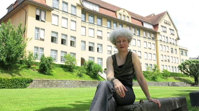 Biographin Barbara Kopp vor dem Bieler Gymnasium, welches Laure Wyss besucht hatte.