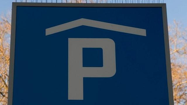 Eine Tafel, welche ein Parkhaus anzeigt.