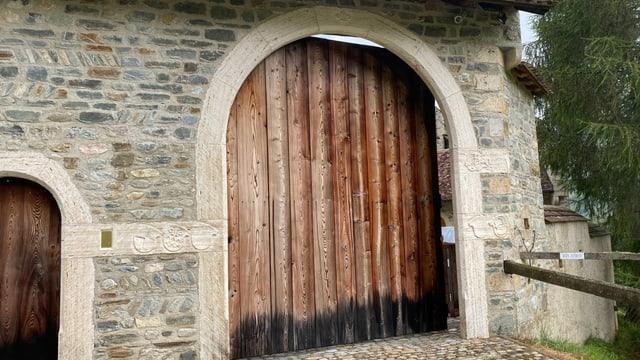 La gronda porta d'entrada dal chastè Haselstein or da lain laresch, Ella ü var 5 meters auta ed entschada d'in artg da crap.