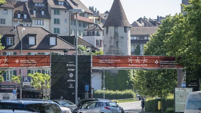 Der Eingang zum offiziellen Turnfest-Gelände im Schachen, im Hintergrund die Aarauer Altstadt.