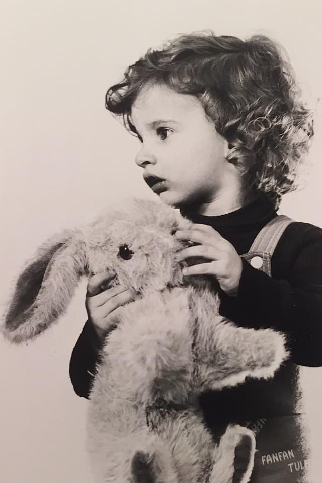 Der kleine Philippe Gerber mit einem Stofftier in der Hand.