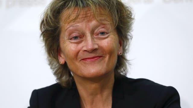 Eveline Widmer-Schlumpf lacht.