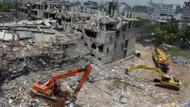 Eingestürztes Gebäude und Bagger