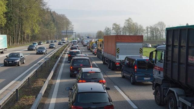 Stau auf der A1 bei Luterbach: Ein Ausbau auf sechs Spuren soll Abhilfe schaffen.