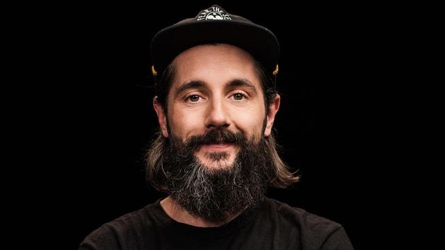 Porträtbild von Andi Rohrer - mit Bart und Mütze.