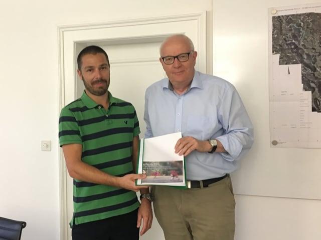 Tobias Seiler iniziant surdat las suttascripziuns ad Adrian Steiger president da vischnanca.