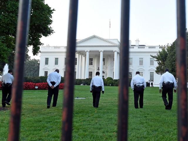 Sicherheitsbeamte auf dem Rasen vor dem Weissen Haus