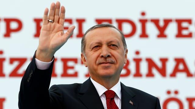 Eine Aufnahme des türkischen Präsidenten Erdogan, der winkt.