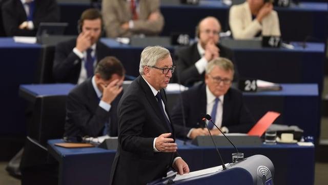 Jean-Claude Juncker discurra avant il parlament da l'UE.