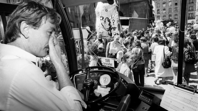 Streikende Frauen behindern in Bern die Zytglogge-Durchfahrt anlässlich des nationalen Frauenstreiks am 14. Juni 1991.