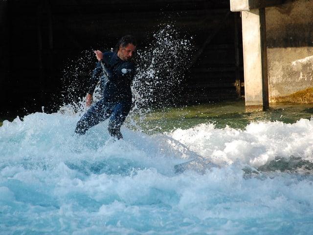 Fluss-Surfer in der Thuner Mühlewelle