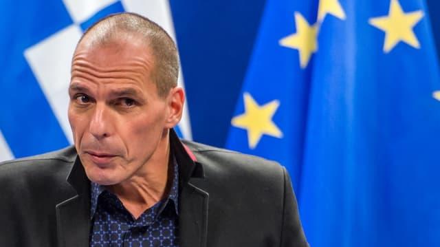 Il minister da finanzas grec Giannis Varoufakis avant la bandiera da l'UE.
