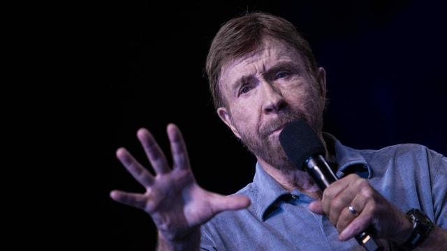 Ein Mann spricht in ein Mikrofon.