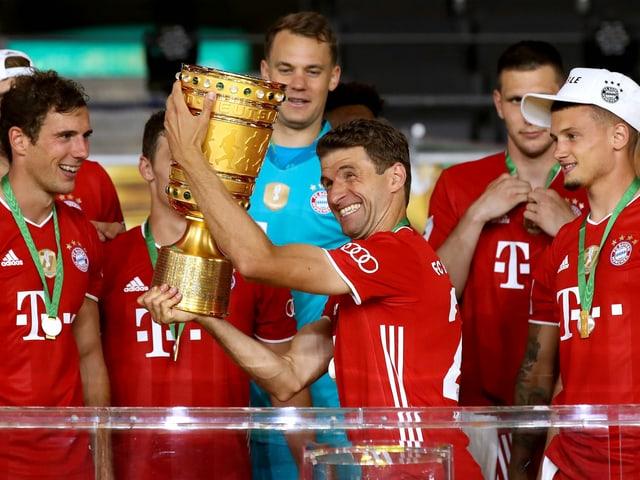 Müller mit Pokal