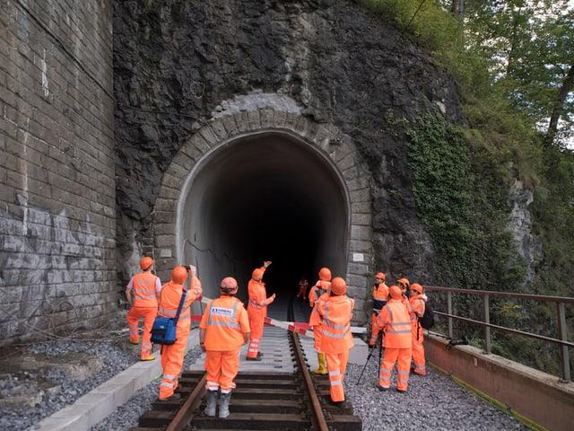 Bauarbeiter vor einem Tunneleingang.