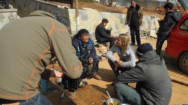 Barbara Lüthi im Gespräch mit Arbeitern auf den Baustellen von Chenggong.