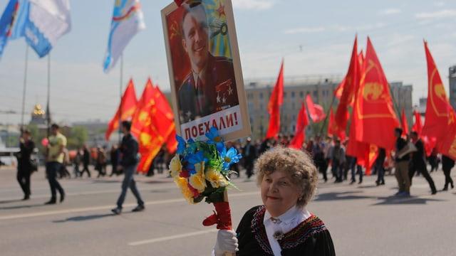 Eine Anhängerin der kommunistischen Partei an der 1. Mai-Demonstration 2014 in Moskau.