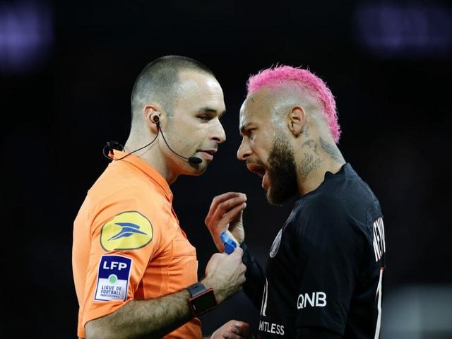 Neymar diskutirert mit Schiedsrichter