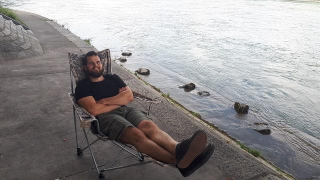 Mann im Campingstuhl
