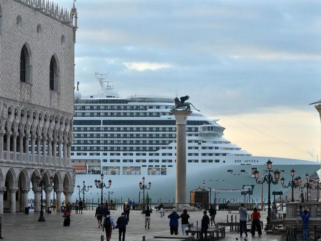 Kreuzfahrtschiff nahe des Markusplatzes von Venedig
