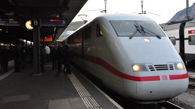 Il tren da la DB cun il num «Chur».