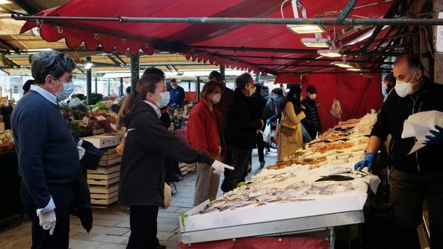 Kunden mit Masken auf einem Fischmarkt in Venedig