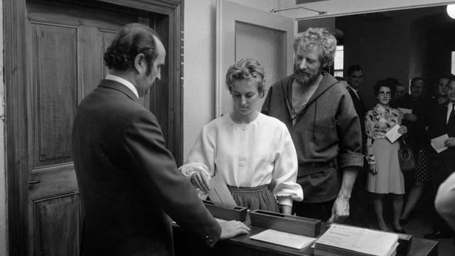 Eine Frau wirft ihren Stimmzettel in die Urne, 1971.