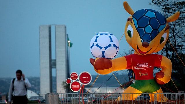 Fuleco - das Maskottchen für die WM 2014 in Grossformat.