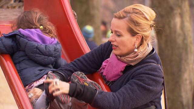 Stehpanie von Orelli mit Kind auf dem Spielplatz