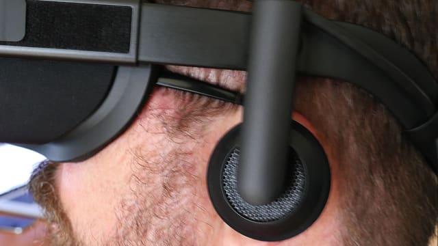 «Oculus Rift» mit seitlichem Kopfhörer zum Herunterklappen.