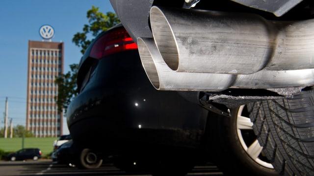 In sbuff d'in auto, en il fund in bajetg cun il logo da Volkswagen.