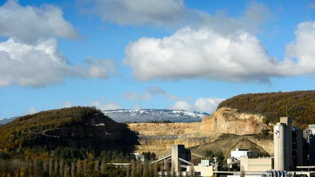 Im Vordergrund ein Zementwerk, im Hintergrund die Kalksteingrube von Eclepens/VD.