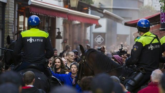 Demonstraziun ad Utrecht cun presenza da la polizia.