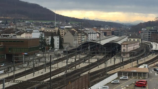 Grosser Bahnhof aus der Ferne.