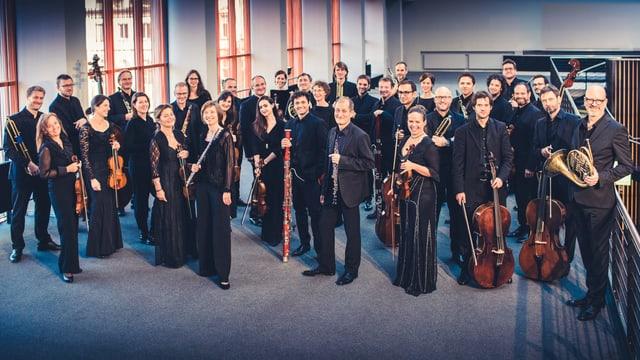Das Kammerorchester – eine Gruppe von 35 Musikern und Musikerinnen – alle in schwarz gekleidet.